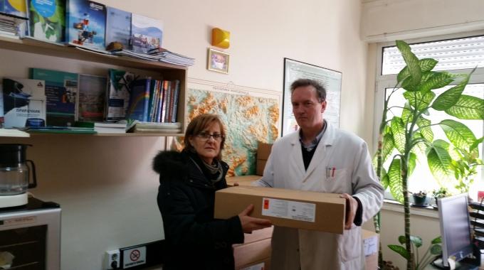Ministère de la Santé et l'UNICEF distribuent des comprimés de désinfection de boire installations d'approvisionnement en eau pour les citoyens des régions inondées en Macédoine